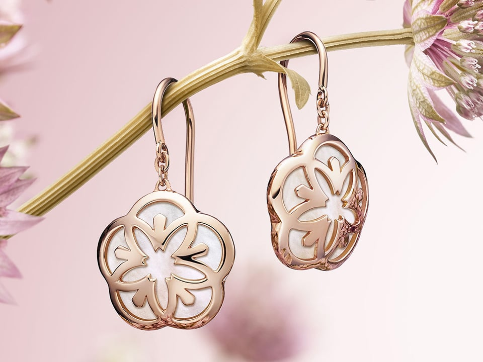 Omega Flower earrings in rose gold with a pearl background