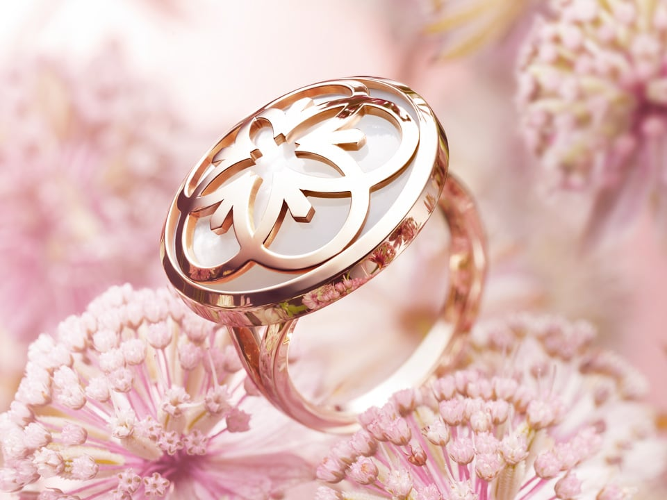 Omega Flower ring in rose gold with a pearl background