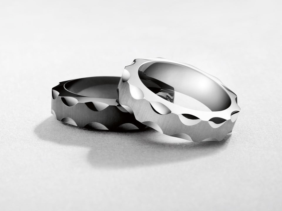 Two elegant Seamaster rings in polished steel and black ceramic