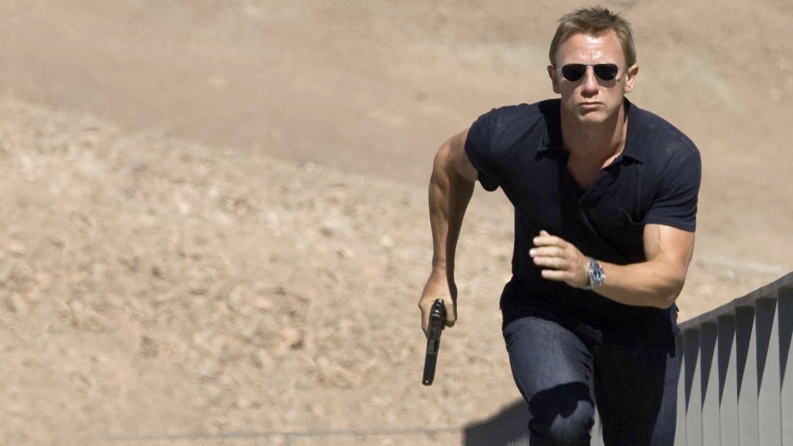 Daniel Craig running in the desert with his Seamaster Diver 300M Co-Axial watch
