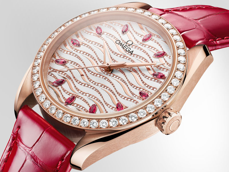 Size view of the Omega Aqua Terra Jewellery in Sedna gold and red leather bracelet