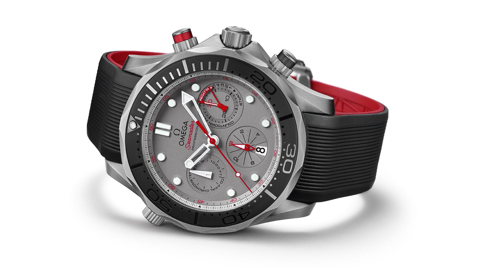 The Seamaster ETNZ's case is made of titanium, the bracelet is made of black rubber on the front and red on the back, the grey dial is protected by a sapphire crystal treated for reflections.