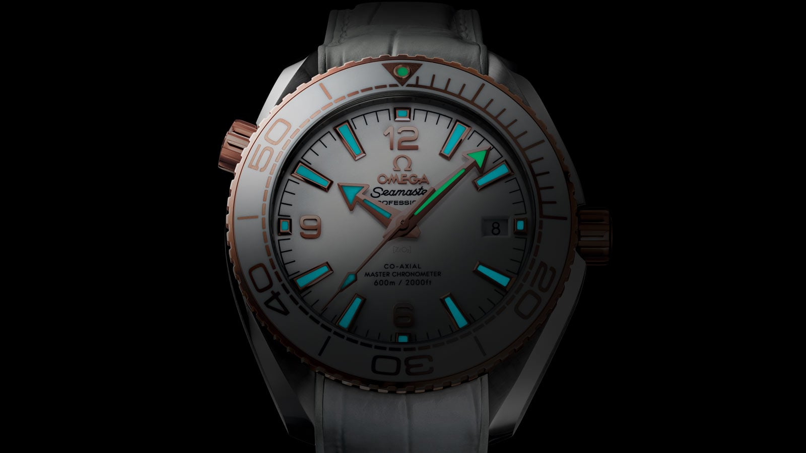 Close view of the face of the Planet Ocean 600 M watch with a focus on the indexes, coated with white Super-LumiNova that can be seen in the darkness