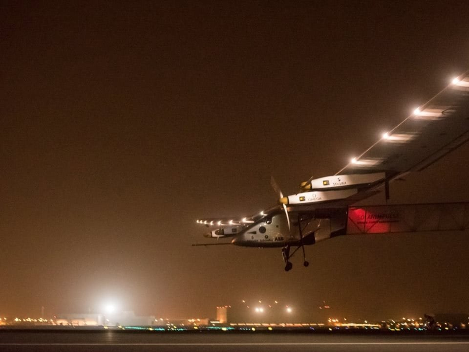 Solar impulse landing by night thanks to a specific light system